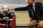 La foto. Il premier Letta accarezza un piccolo robot