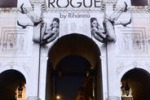 La foto. Rihanna senza veli sul Marble Arch di Londra