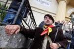 Giuliano, folla per la riesumazione