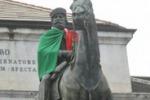 LA FOTO. Garibaldi col mantello tricolore