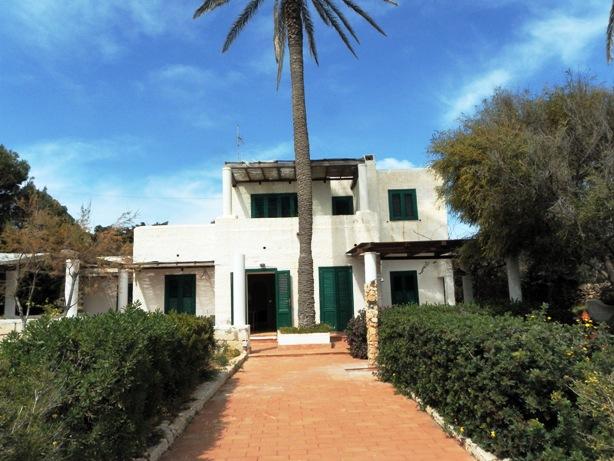 Lampedusa ecco villa le due palme giornale di sicilia for Piani di casa francese in tudor