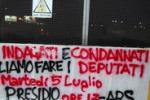 LA FOTO. Deputati indagati, striscioni e proteste a Palermo
