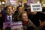 Dimissioni del premier: la reazione della folla