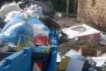 Cronache loro. Divieto disatteso a Palermo: strada invasa dai rifiuti