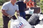 Palermo tra rifiuti, operai in azione: gli scatti dopo il picnic