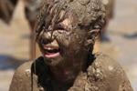 Michigan, tutti nel fango per l'annuale lotta: le immagini