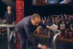 Berlusconi litiga con Santoro e pulisce la sedia di Travaglio