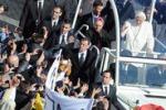 Ultima udienza di Benedetto XVI, bagno di folla lo accoglie