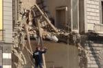 Napoli, crolla l'ala di un edificio: le immagini