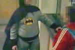 Mascherato da Batman consegna ladro alla polizia