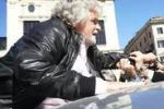 Roma, Cinquestelle in piazza: Grillo bloccato dalla folla