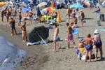 Cadavere in spiaggia a Formia, bagnanti indifferenti