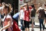 Scossa di terremoto al Nord, gente in strada e danni: le foto