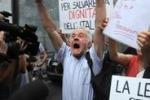 Gruppo di manifestanti esulta per la condanna di Berlusconi