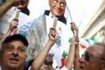 Canti e bandiere nella manifestazione Pdl per Berlusconi