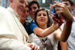 Papa Francesco sempre più social: sul web autoscatto col cellulare