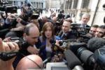 Ministro Boschi lascia Palazzo Chigi ed è ressa di tv e fotografi