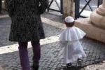 Bimbo vestito da Papa fa impazzire il web: le immagini