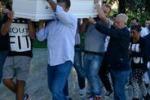 L'addio a Davide Bifolco, folla e lacrime a Napoli