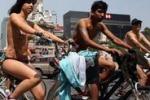 Nudi in bici contro le auto: la protesta a Città del Messico