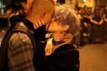 Brasile, il bacio-simbolo contro gli scontri in piazza
