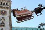 La slitta di Babbo Natale vola sui cieli di Amburgo