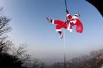 In Corea del Sud Babbo Natale diventa... acrobata