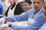 Obama in cucina prepara cibo per i poveri: le immagini