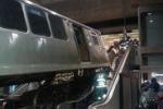 Chicago, treno deraglia e finisce sulle scale mobili: le immagini