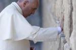 Il Papa prega al Muro del Pianto: ho chiesto la grazia della pace
