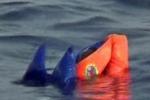 Naufragio in Libia: i corpi emergono dal mare