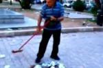 Palermo, un volontario pulisce la villetta di piazza Don Bosco