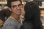 Jonas-Lovato, bacio al centro commerciale