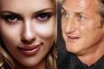 """Scarlett Johansson e Sean Penn """"beccati"""" mano nella mano"""