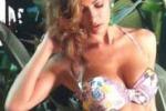 Melita Toniolo posa in bikini: su Twitter gli scatti del backstage
