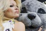 Pamela Anderson in campo contro la caccia alle foche