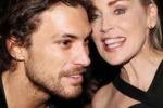 Sharon Stone incantata dal modello argentino: e' flirt?