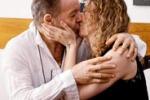 Su Facebook la foto del bacio tra Vasco Rossi e la moglie