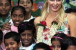 Paris Hilton tra gli orfani di Mumbai: le foto