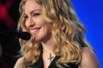 Madonna bacchetta i suoi fans: se fumate, smetto di cantare