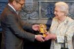 Oscar alla regina Elisabetta per il ruolo di Bond Girl