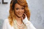 Scollatura e spacco mozzafiato: Rihanna alle sfilate di Parigi