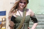 Avril Lavigne sul set come una soldatessa