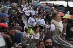 """Carnevale di Venezia fra pioggia e spettacoli: oggi il """"volo""""della Kostner"""
