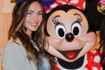 Megan Fox, l'attrice a Disneyland posa insieme a Minnie