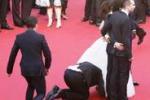 Cannes, insolita incursione sotto l'abito della Ferrera