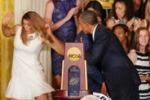 Perde l'equilibrio e cade, figuraccia davanti a Obama