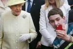 Selfie con la Regina: ragazzino sorprende la folla in Irlanda