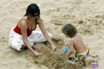 Castelli di sabbia con i figli: Penelope Cruz al mare