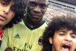 Selfie con Balotelli: tifosi in campo durante la partita